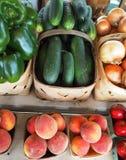黄瓜和桃子在篮子 免版税库存图片