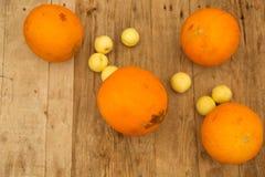 瓜和油桃在一张木桌上 库存图片