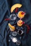 瓜和蓝莓圆滑的人 免版税图库摄影