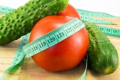 黄瓜和蕃茄与测量 免版税库存图片