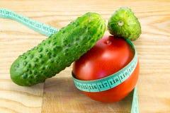 黄瓜和蕃茄与测量 免版税图库摄影