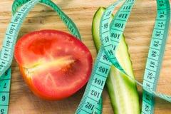 黄瓜和蕃茄与测量 库存照片