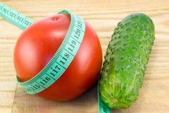 黄瓜和蕃茄与测量 库存图片