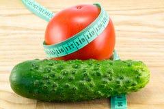 黄瓜和蕃茄与测量 免版税库存照片