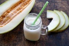 瓜圆滑的人,切片在桌上的瓜,酸奶 概念吃健康 纯素食主义,素食主义 免版税库存图片