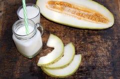 瓜圆滑的人,切片在桌上的瓜,酸奶 概念吃健康 纯素食主义,素食主义 库存图片