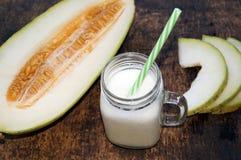 瓜圆滑的人,切片在桌上的瓜,酸奶 概念吃健康 纯素食主义,素食主义 库存照片