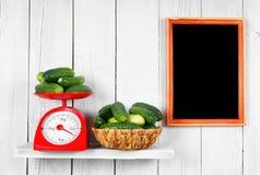 黄瓜在等级和在篮子 免版税库存图片