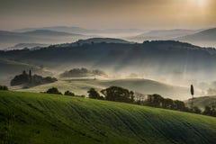瓜尔迪斯塔洛,托斯卡纳,意大利,在雾的风景 免版税库存照片