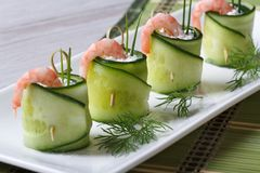 黄瓜开胃菜滚动用虾和乳脂干酪 免版税图库摄影