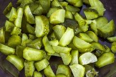 黄瓜或烂醉如泥的嫩黄瓜与一把刀子在一个木切板 蓝灰色背景 库存照片
