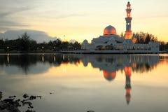 瓜拉ibai terengganu的马来西亚清真寺在暮色时间 图库摄影