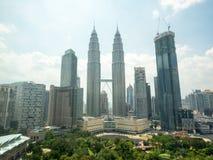 瓜拉Lumper地平线顶视图与著名双峰塔的在吉隆坡,马来西亚 图库摄影