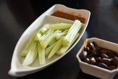 黄瓜沙拉和被炖的花生 库存图片