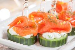 黄瓜用莳萝乳脂干酪和熏制鲑鱼开胃菜 库存图片