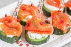 黄瓜用莳萝乳脂干酪和熏制鲑鱼开胃菜 图库摄影
