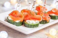 黄瓜用莳萝乳脂干酪和熏制鲑鱼开胃菜 免版税图库摄影