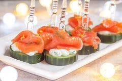 黄瓜用莳萝乳脂干酪和熏制鲑鱼开胃菜 免版税库存图片