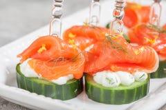 黄瓜用莳萝乳脂干酪和熏制鲑鱼开胃菜 库存照片