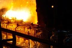 黄瓜的生产的运作的过程在罐头工厂的 库存照片