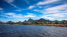 瓜纳巴拉海湾看法与基督的晴天背景的,里约热内卢救世主 图库摄影