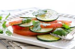 黄瓜蕃茄沙拉 免版税库存照片