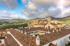 瓜达卢佩河修道院的全景在有它的修道院的埃斯特雷马杜拉西班牙,人类的继承物 库存照片