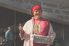 瓜达卢佩河大教堂的微笑的妇女  库存照片