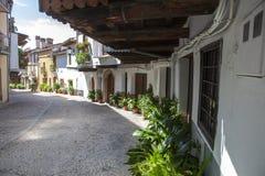瓜达卢佩河老镇有门廊的房子 caceres西班牙 库存图片