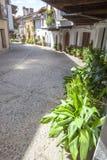 瓜达卢佩河老镇有门廊的房子 caceres西班牙 免版税库存照片