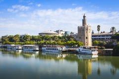 瓜达尔基维尔河河在塞维利亚 在权利的著名金黄塔 免版税图库摄影