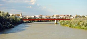 瓜达尔基维尔河河的看法在科多巴,西班牙 免版税库存图片
