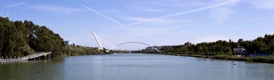 瓜达尔基维尔河的塞维利亚桥梁 库存图片