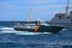 瓜迪亚民用发射小船通过军舰富豪集团海洋种族阿利坎特2017年 免版税库存照片