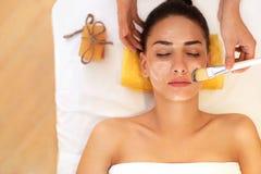 黄瓜面罩处理白人妇女 美容院的妇女得到海洋面具 免版税图库摄影