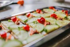黄瓜,红萝卜和乳脂干酪薄脆饼干用红辣椒、pesto和新鲜的麝香草 免版税库存照片