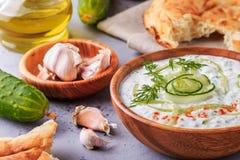 黄瓜,酸奶,橄榄油,大蒜希腊沙拉tzatziki  库存图片