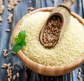 瓢用在一个木碗的麦子用蒸丸子 免版税库存照片