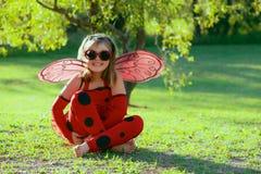 瓢虫服装的孩子 库存图片