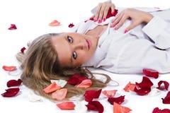 瓣玫瑰色妇女 免版税库存照片