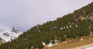 瓦勒de nuria山区度假村滑雪乘坐4k西班牙的基地推力 股票视频