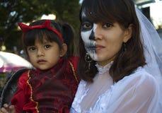瓦哈卡,墨西哥10月31日2016年:执行者为pics摆在死的游行的一天 免版税库存图片