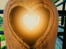 瓦器与心脏的泥塑在中部 免版税库存图片