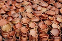 瓦器的大数在摩洛哥的街道卖了 黏土pla 免版税库存照片