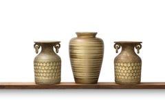 瓦器黏土和陶瓷花瓶装饰在白色隔绝的内部 图库摄影