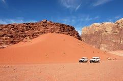 瓦地伦沙丘徒步旅行队,约旦 免版税库存照片