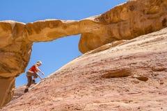 瓦地伦沙漠,约旦- 2016年4月30日:上升的Burdah岩石桥梁 免版税图库摄影