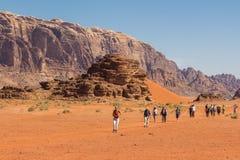 瓦地伦沙漠,约旦- 2016年4月30日:走在瓦地伦的游人 免版税库存照片