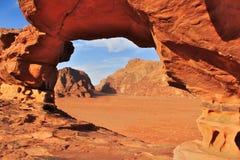 瓦地伦红色点心在有游牧人` s帐篷的约旦 免版税库存照片