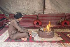 瓦地伦,约旦, 2015年12月26日:流浪者烹调在帐篷的茶 库存照片